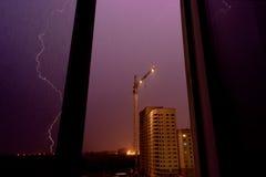 Foudre sur un chantier, une vue d'orage de la fenêtre photos stock