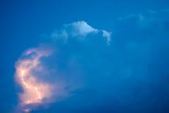 Foudres en nuages de tempête Carillons d'un tonnerre et des foudres de scintillement en nuages Image stock