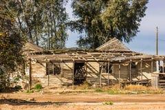 Foudroyer-dans le toit sur la maison abandonnée Photos libres de droits