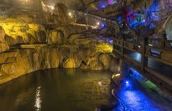 Foudroyez dans la région scénique de Jiuxiang dans Yunnan en Chine Le secteur de cavernes de Thee Jiuxiang est près de la forêt e Photo stock