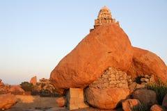Foudroyez le temple une colline supérieure de Malayavanta près de Hampi Photo stock