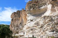 Foudroyez les maisons près d'Alcala del Jucar, Espagne Photographie stock libre de droits