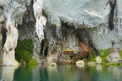 Foudroyez sur le lac cheo Lan en parc de Khao Sok National, Thaïlande Photos libres de droits