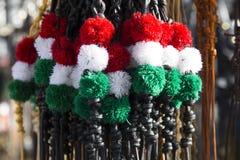 Fouets colorés blancs et verts rouges au marché d'agriculteurs à vendre Image libre de droits