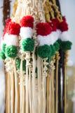 Fouets colorés blancs et verts rouges pour vivre en troupe des animaux au loin Photo stock