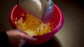 Fouettée du beurre avec un mélangeur de main banque de vidéos