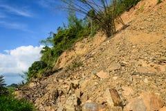Fouille et glissière de sol sur la montagne Image libre de droits