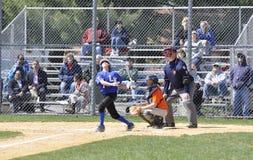 Foul Ball an einem Baseballspiel der kleinen Liga Lizenzfreies Stockbild