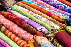 Foulards colorés prêts à être vente Photographie stock