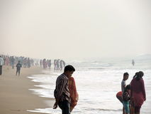 Foule à la plage de mer de Puri, Odisha photo stock