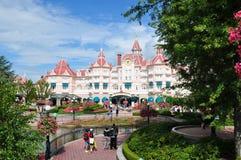 Foule à la voie de base de Paris de ressource de Disneyland Images libres de droits