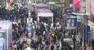 foule énorme du timelapse 4k des personnes marchant sur la rue d'affaires de porcelaine, Qingdao banque de vidéos