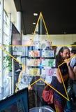 Foule admirant toutes les notes d'euro d'Union européenne Photographie stock libre de droits