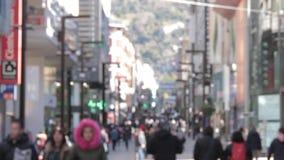 Foule anonyme des personnes marchant sur la rue de l'Andorre rue d'achats banque de vidéos