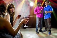 Foule appréciant des boissons à la boîte de nuit Photos libres de droits