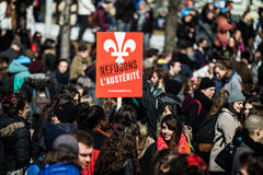 Foule avec la plaquette, les drapeaux et les signes marchant dans les rues Images libres de droits