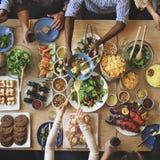 Foule bien choisie de brunch dinant des options de nourriture mangeant le concept Images stock