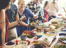 Foule bien choisie de brunch dinant des options de nourriture mangeant le concept Photographie stock