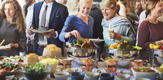 Foule bien choisie de brunch dinant des options de nourriture mangeant le concept Photographie stock libre de droits