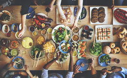 Foule bien choisie de brunch dinant des options de nourriture mangeant le concept photos stock