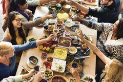 Foule bien choisie de brunch dinant des options de nourriture mangeant le concept Photos libres de droits