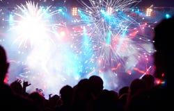 Foule célébrant la nouvelle année avec des feux d'artifice Photo libre de droits