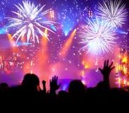 Foule célébrant la nouvelle année avec des feux d'artifice Photos stock