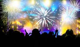 Foule célébrant la nouvelle année avec des feux d'artifice Image libre de droits