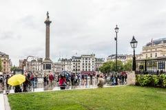 Foule dans la place de Trafalgar par jour pluvieux Photos stock