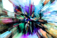 Foule de citadins dans le centre commercial Image libre de droits