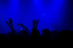 Foule de concert de musique, les gens appréciant la représentation vivante de roche Image stock