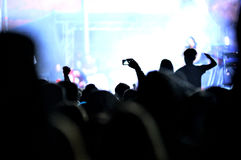 Foule de faire la fête des personnes à un concert vivant Image stock