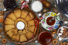 Foule de forme ronde des crêpes, du miel, du thé, de la confiture, du sucre et du bagel images libres de droits