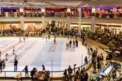 Foule de personnes ayant l'amusement dans l'intérieur de centre commercial Photographie stock libre de droits
