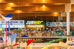 Foule de personnes mangeant des sandwichs à souterrain Photographie stock libre de droits