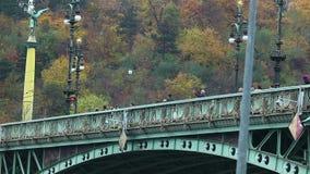 Foule de promenade de touristes sur le vieux pont au-dessus de Vltava banque de vidéos