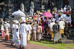 Foule de temple, Pura Goa Lawah, Bali, Indonésie Photo libre de droits