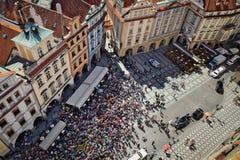 Foule de touristes observant l'horloge astronomique de Prague Photos libres de droits