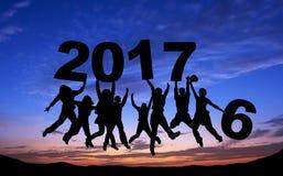 Foule des amis sautant avec 2017 Photographie stock libre de droits