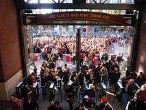 Foule des gens entrant dans le stationnement d'AT&T Photos stock