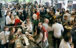 Foule des hommes et des femmes buvant de la bière dans la barre énorme pendant Images libres de droits