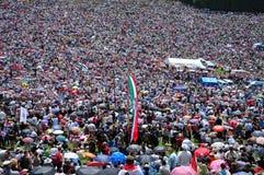 Foule des pèlerins catholiques se réunissant pour célébrer la Pentecôte Images libres de droits