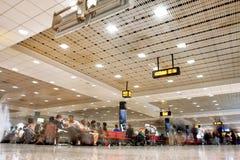 Foule des passagers à l'intérieur du terminal de l'aéroport de Dubai International à Dubaï, EAU Images stock