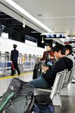 Foule des passagers attendant le train à la plate-forme dans la station images libres de droits