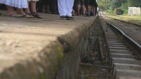 Foule des passagers attendant une arrivée de train sur la station au jour ensoleillé Personnes méconnaissables attendant le chemi banque de vidéos