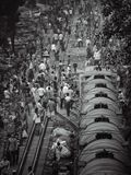 Foule des personnes avec la voie de chemin de fer au Bangladesh image libre de droits