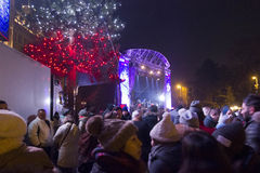 Foule des personnes dans le christkindlmarkt pour la soirée du Nouveau an 2015-2016 Image libre de droits