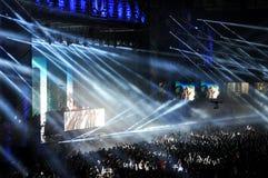 Foule des personnes dans un stade à un concert Photographie stock libre de droits