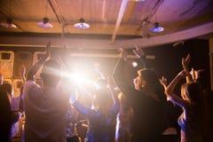 Foule des personnes de danse dans la boîte de nuit photo libre de droits