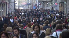 Foule des personnes /Istanbul/Taksim de marche en avril 2014 banque de vidéos